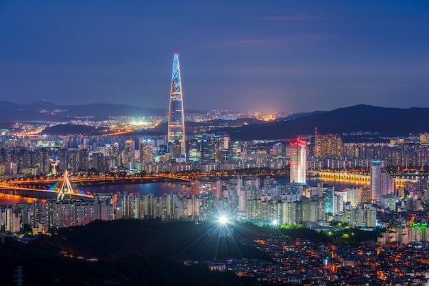 Skyline da cidade de seul à noite Foto Premium