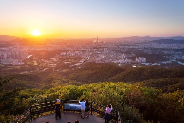 Skyline da cidade de seul no por do sol a melhor vista da fortaleza de namhansanseong. Foto Premium