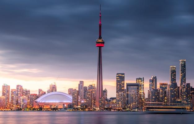 Skyline da cidade de toronto à noite, ontário, canadá Foto Premium