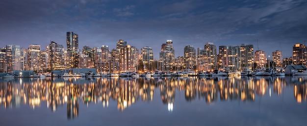 Skyline da cidade de vancouver, colúmbia britânica, canadá Foto Premium