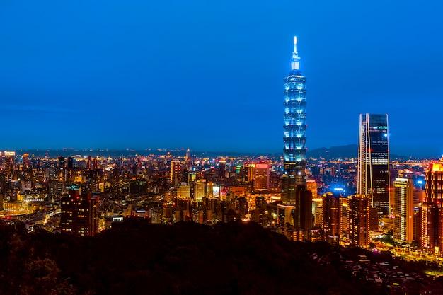 Skyline da paisagem urbana de taipei taipei 101 edifício da cidade financeira de taipei, taiwan Foto Premium