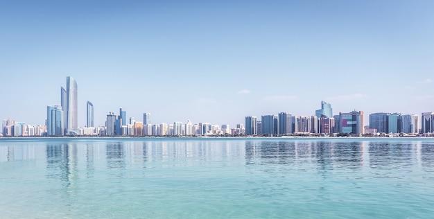 Skyline de abu dhabi com arranha-céus com água Foto Premium