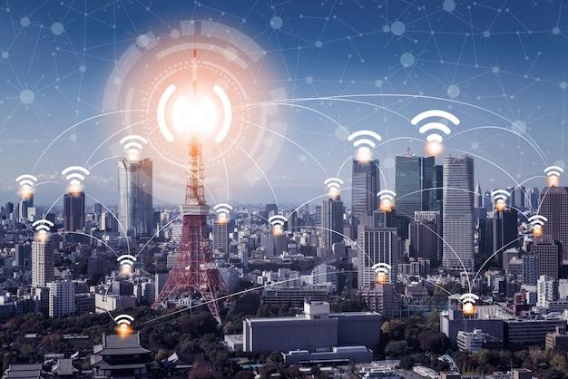 Skyline de cidade inteligente com ícones de rede de comunicação sem fio. Foto Premium