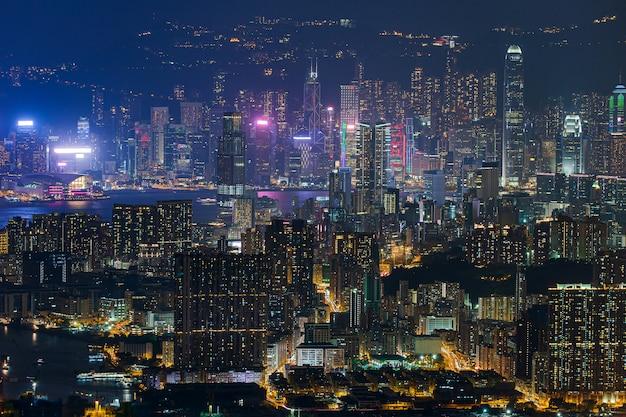 Skyline de hong kong kowloon do pôr do sol da colina fei ngo shan Foto Premium