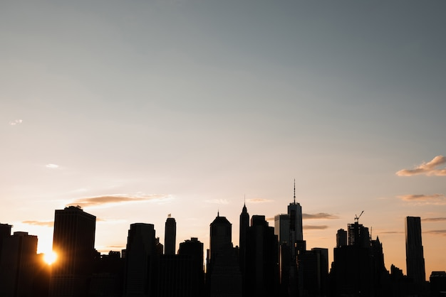 Skyline de manhattan ao pôr do sol Foto gratuita