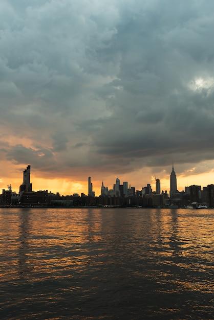 Skyline de manhattan ao pôr do sol Foto gratuita