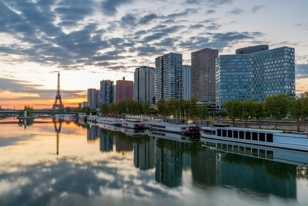 Skyline de paris com a torre eiffel no fundo em paris, france. Foto Premium