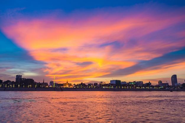 Skyline de phnom penh, na capital do sol do reino do camboja Foto Premium