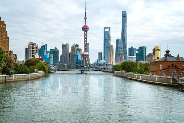 Skyline de shanghai com a histórica ponte waibaidu, china | Foto ...