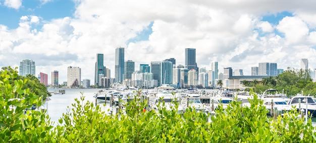 Skyline do centro de miami durante o dia com a baía de biscayne e iates Foto Premium