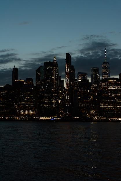 Skyline do distrito financeiro à noite Foto gratuita