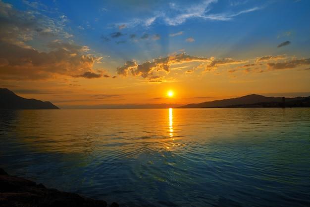 Skyline do sol de montreux em leman genebra suíça Foto Premium