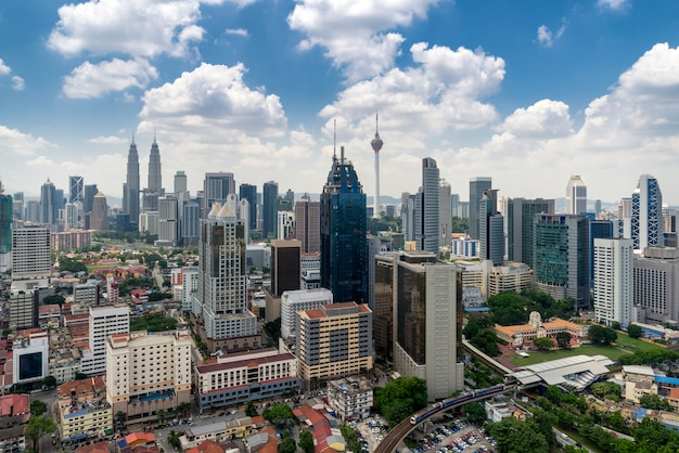 Skyline e arranha-céus da cidade de kuala lumpur em kuala lumpur, malásia Foto Premium