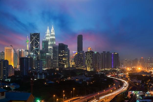 Skyline e arranha-céus de kuala lumpur na noite em kuala lumpur, malásia. Foto Premium
