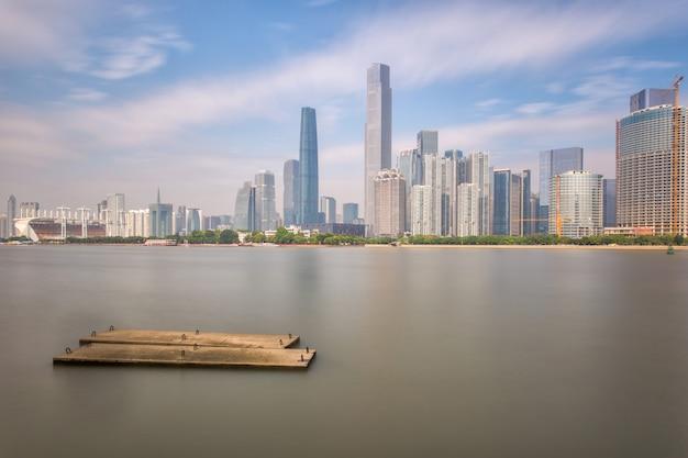 Skyline e edifícios nova cidade do rio com arquitetura moderna marco da cidade em guangzhou china Foto Premium