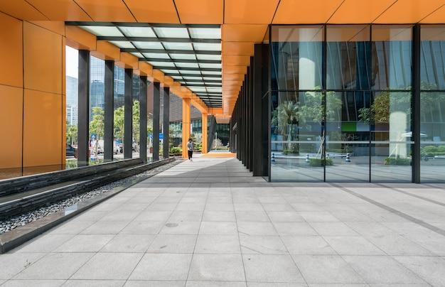 Skyline panorâmica e edifícios com piso quadrado de concreto vazio em shenzhen, china Foto Premium