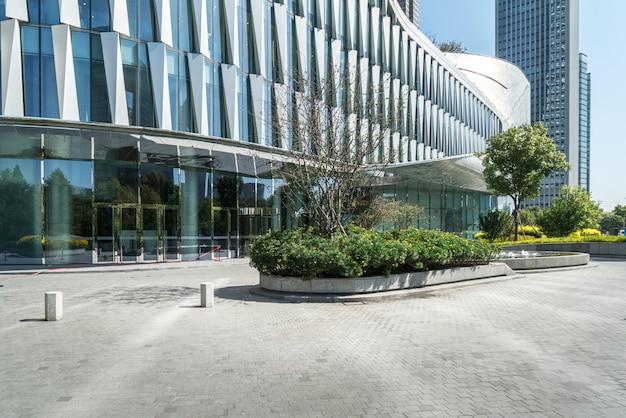 Skyline panorâmica e edifícios com piso quadrado de concreto vazio Foto Premium