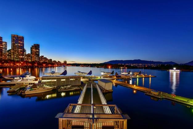 Skyline vancouver, com, porto, em, pôr do sol, columbia britânica, canadá Foto Premium