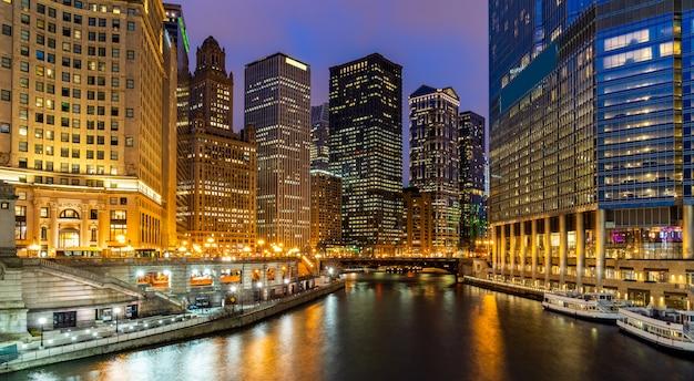 Skylines de chicago ao longo do rio de chicago Foto Premium