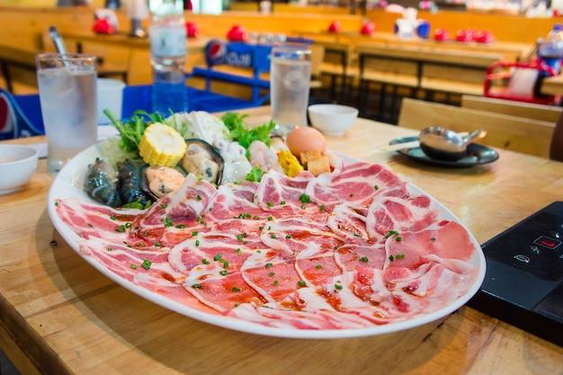 Slides de carne de porco shabu, estilo shabu cozinhar no restaurante Foto Premium