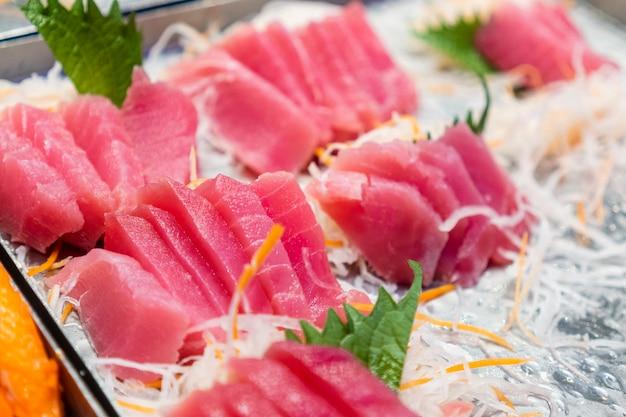 Slides de peixe colocados em bandejas, restaurantes japoneses Foto Premium