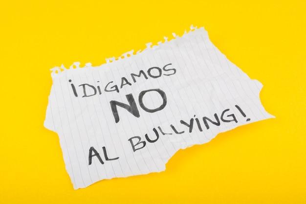Slogan espanhol na folha de papel contra o assédio moral Foto gratuita