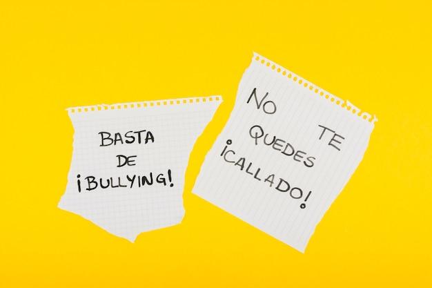 Slogans espanhóis contra o bullying no papel da escola Foto gratuita