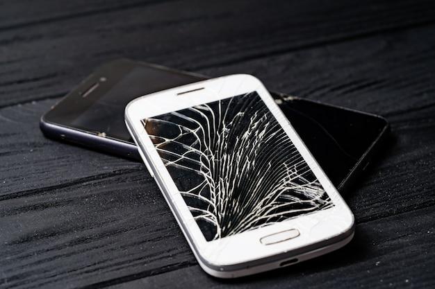 Smartphone com tela quebrada Foto Premium