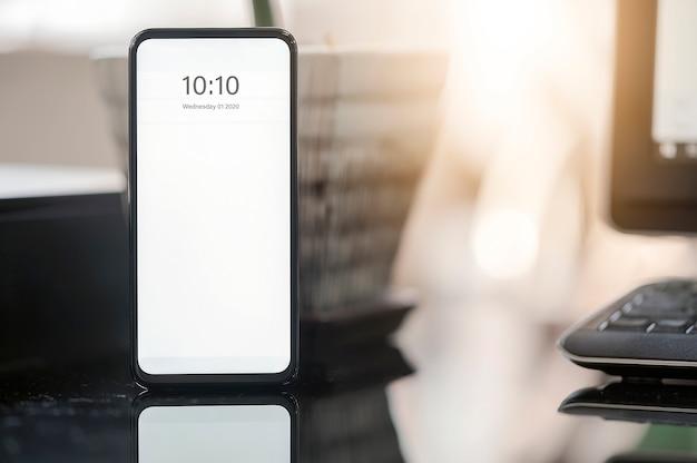 Smartphone de maquete com tela em branco na mesa, copie o espaço para seu design gráfico. Foto Premium
