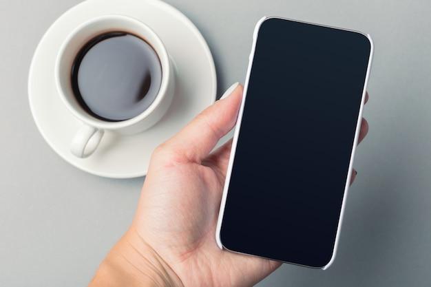 Smartphone e café na mesa Foto Premium