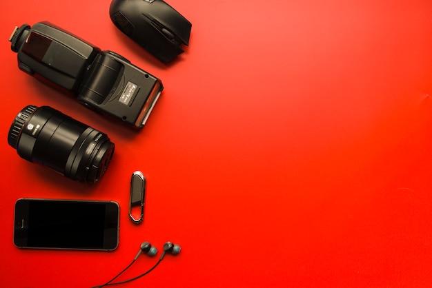 Smartphone, equipamentos fotográficos, mouse de computador, pen drive e fones de ouvido Foto gratuita