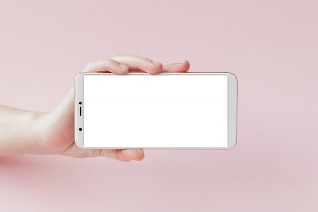Smartphone moderno com tela em branco na mão de uma mulher Foto Premium