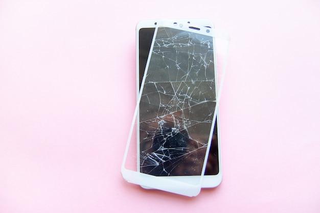 Smartphone móvel com a tela quebrada do glasstouch isolada. conceito de serviço, reparação, tecnologia e minimalismo. Foto Premium