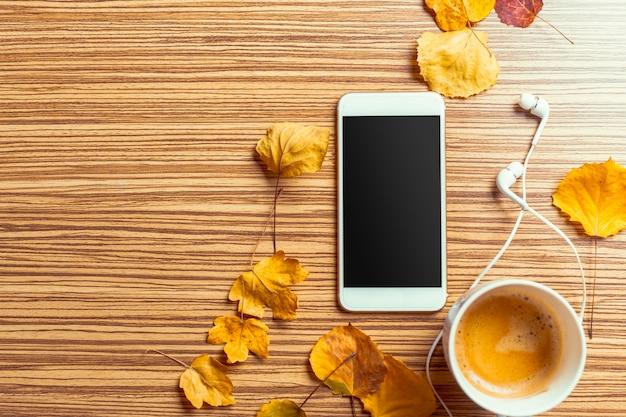 Smartphone na mesa de madeira Foto Premium
