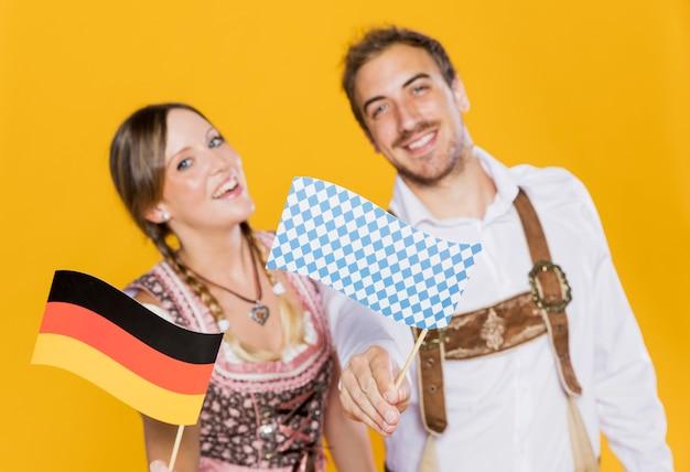 Smiley amigos da baviera com bandeira alemã Foto gratuita