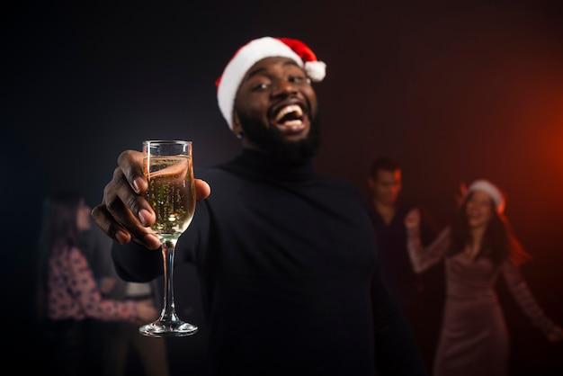 Smiley homem brindando com champanhe para o ano novo Foto gratuita