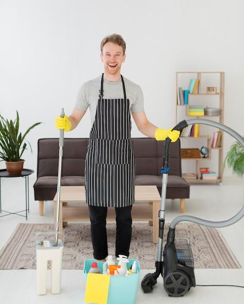 Smiley homem preparado para limpar Foto Premium