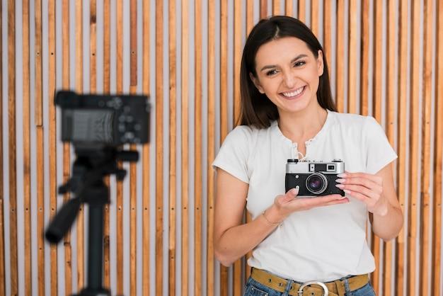 Smiley jovem transmitindo ao vivo Foto gratuita