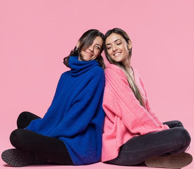 Smiley mãe e filha de costas Foto gratuita