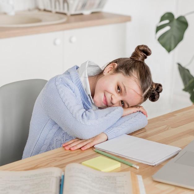 Smiley menina dando um tempo entre as aulas Foto gratuita