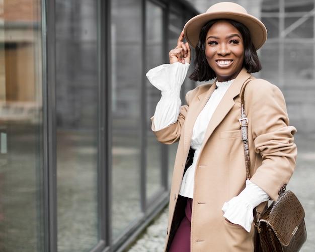Smiley moda mulher posando com espaço de cópia Foto gratuita