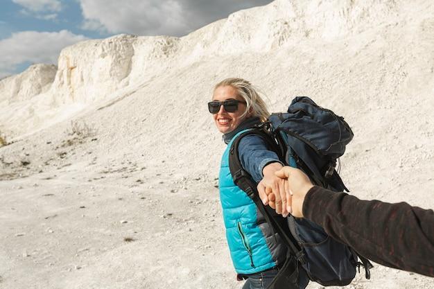 Smiley mulher adulta, segurando a mão de parceiros Foto gratuita