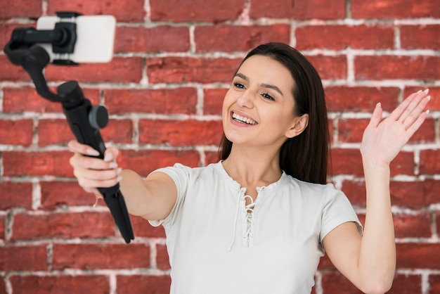 Smiley mulher gravando um vídeo Foto gratuita