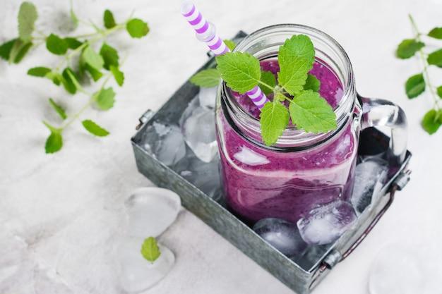 Smoothie de baga roxa, dieta de alimentos crus Foto Premium