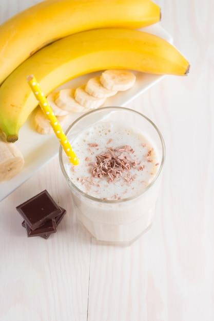 Smoothie de banana de chocolate fresco Foto Premium