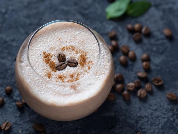 Smoothie de café com chocolate e leite em um close da mesa de concreto Foto Premium