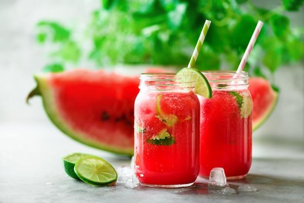 Smoothie de melancia fresca em frasco de vidro na luz de fundo Foto Premium