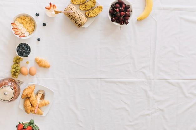 Smoothie saudável com dryfruits e flor ave do paraíso Foto gratuita