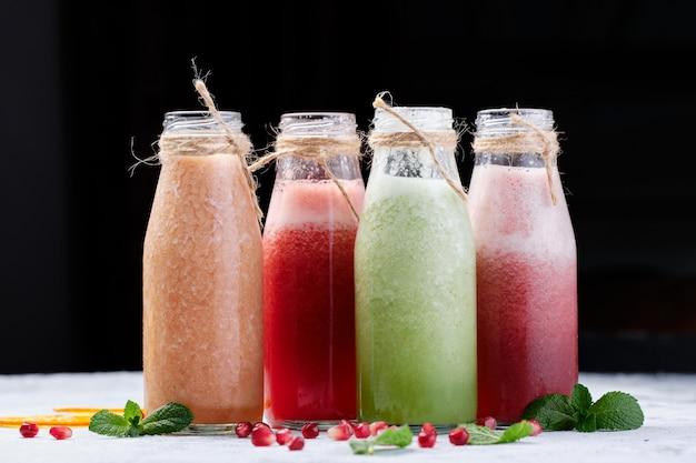 Smoothie saudável de frutas e vegetais frescos de garrafa Foto Premium