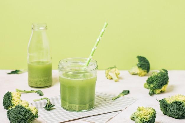 Smoothie verde ao lado de brócolis Foto gratuita